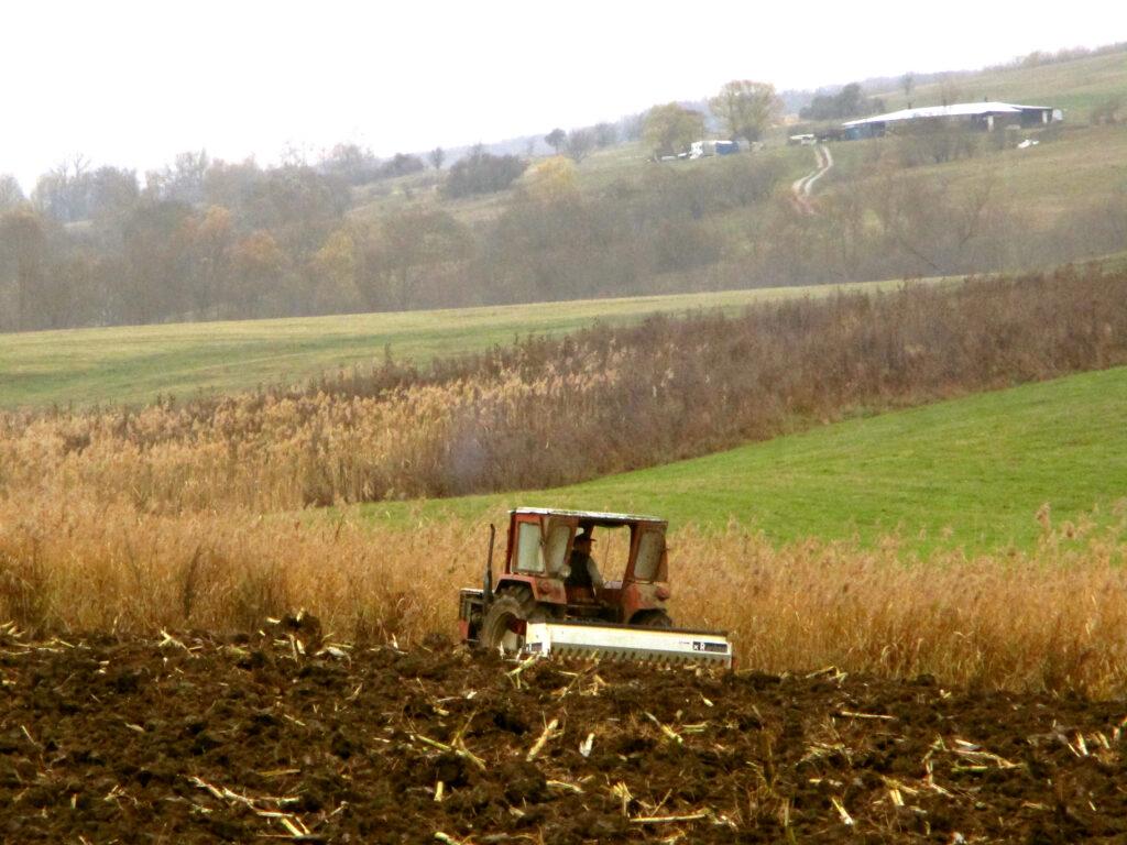 Landwirtschaft mit Traktor auf Feld